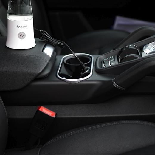 AquaVolta-R-Age2-Go-2-8-Beim-Akku-laden-im-Porsche-Cayenne-10